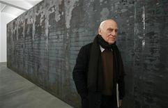 <p>Imagen de archivo del escultor estadounidense Richard Serra, posando para fotógrafos al lado de uno de sus trabajos llamado'Fernando Pessoa', durante una exhibición en la Galeria Gagosian, en Londres. Oct 3 2008. El escultor estadounidense Richard Serra, conocido por su minimalismo y esculturas de gran tamaño, fue distinguido el miércoles con el Premio Príncipe Asturias de las Artes 2010, según anunció el jurado del galardón, que destacó la gran potencia visual del artista. REUTERS/Alessia Pierdomenico/ARCHIVO</p>