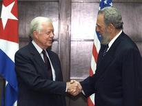 <p>Бывший президент США Джимми Картер пожимает руку президенту Кубы Фиделю Кастро в Гаване. 12 мая 2002 года бывший президент США Джимми Картер прибыл в Гавану с частным визитом. Это стало первым визитом на Кубу высокопоставленных лиц из Америки с 1959 года, когда к власти в стране пришел Фидель Кастро. REUTERS/Rafael Perez</p>