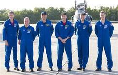 <p>Equipo espacial del transbordador Atlantis STS-132: (izq. a der.) Michael Good, Garrett Reisman, piloto Dominic Antonelli, comandante Kenneth Ham, especialistas en la misión Stephen Bowen y Piers Sellers, posando para una fotografía en el Centro Espacial Kennedy. Mayo 10 2010. La NASA dio las aprobaciones finales para que el transbordador espacial Atlantis despegue el viernes y entregue un módulo de acoplamiento ruso a la Estación Espacial Internacional, en el que sería su último viaje. REUTERS/Scott Audette</p>