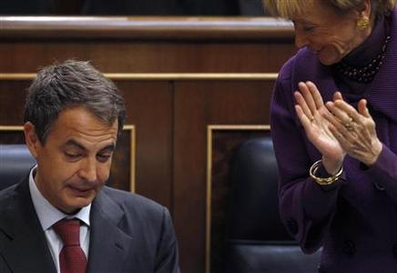 Deputy Prime Minister Maria Teresa Fernandez de la Vega applauds for Spain's Prime Minister Jose Luis Rodriguez Zapatero during a parliamentary session in Madrid, May 12, 2010. REUTERS/Juan Medina