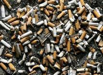 <p>Сигаретные окурки в пепельнице рядом с бизнес-центром в Монреале 21 февраля 2005 года. Сигаретные окурки, чьи вредные токсины убивают рыбу, оказывается могут защитить стальные трубы от ржавчины, выяснили китайские ученые. REUTERS/Shaun Best</p>