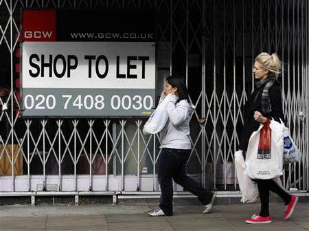 Shoppers pass a closed down shop in the affluent Kensington district of London October 22, 2009. REUTERS/Luke MacGregor