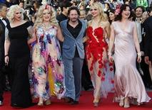 """<p>El director Mathieu Amalric junto al elenco de su película """"On Tour"""" en el 63 versión del Festival de Cine Cannes. Mayo 13 2010. El actor Mathieu Amalric lidera un grupo de veteranas bailarinas de cabaré en un viaje a través de Francia en la película """"On Tour"""", su debut como director en la gran competencia del Festival de Cine Cannes. REUTERS/Vincent Kessler</p>"""