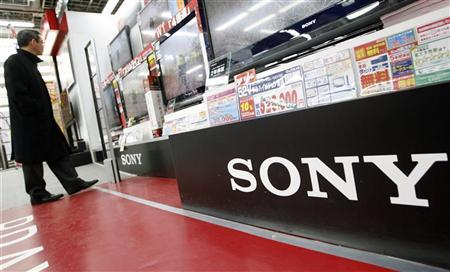 A man looks at Sony Corp's flat panel televisions displayed at an electronics shop in Tokyo January 29, 2009. REUTERS/Yuriko Nakao