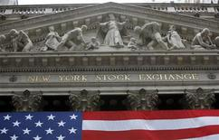 <p>Здание фондовой биржи на Уолл-стрит в Нью-Йорке 26 марта 2009 года. Американский рынок акций снизился в четверг, так как пессимистичные комментарии по поводу экономики от технологической компании Cisco Systems Inc и розничной сети Kohl's Corp поставили под сомнение скорость восстановления в США. REUTERS/Chip East</p>