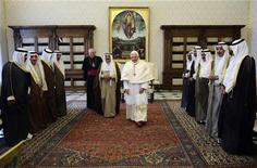<p>L'emiro del Kuwait sceicco Sabah Al-Ahmad Al-Sabah durante una recente visita a Papa Benedetto XVI in Vaticano. REUTERS/Filippo Monteforte/</p>