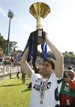 <p>O atacante argentino Diego Milito, do Inter de Milão, comemora a conquista do Campeonato Italiano. 16/05/2010 REUTERS/Alessandro Bianchi</p>