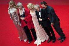 <p>Lucy Punch, Gemma Jones, Naomi Watts, Woody Allen e Josh Brolin estiveram em Cannes para lançar o filme. 15/05/2010 REUTERS/Martin Bureau/Pool</p>