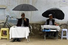 <p>Afghan letter writers wait for customers in Kabul May 17, 2010. REUTERS/ Omar Sobhani</p>