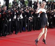 """<p>La modelo Eva Herzigova llega a la alfombra roja del Festival de Cine Cannes, para la presentación del filme """"La Princesse de Montpensier"""". Mayo 16 2010. Las multitudes se agolparon para ver a las estrellas desfilar por la alfombra roja, el champán fluyó, los fuegos artificiales iluminaron el cielo y las proyecciones estuvieron repletas, pero el Festival del Cine de Cannes llega a la mitad sin un ingrediente clave: vibrar. REUTERS/Jean-Paul Pelissier</p>"""