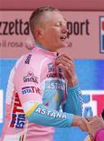 <p>Maggio 2010, Alexandre Vinokourov con la maglia rosa dopo la tappa da Amsterdam a Middelburg. REUTERS/Michael Kooren</p>