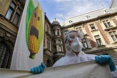 <p>Manifestazione contro il mais geneticamente modificato, foto d'archivio. REUTERS/Mihai Barbu</p>