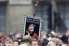 <p>Members of public gather outside Westminster Abbey for the funeral of the Queen Mother in central London, April 9, 2002. REUTERS/Paul Mcerlane</p>