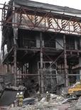 <p>Спасатели работают на месте взрыва на шахте компании Распадская 10 мая 2010 года. Директор шахты Распадская, пострадавшей от крупнейшей за последние несколько лет в угольной отрасли России аварии, уволился после критики со стороны российского премьера накануне. REUTERS/Georgiy Kopitin</p>