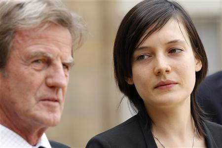 French Foreign Affairs Minister Bernard Kouchner answers journalists' questions as French teacher Clotilde Reiss looks on at the Elysee Palace in Paris May 16, 2010. REUTERS/Benoit Tessier