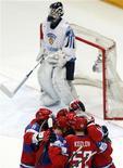<p>Российские хоккеисты радуются шайбе Сергея Федорова в ворота сборной Финляндии, Кельн 18 мая 2010 года. Сборная России по хоккею выиграла все матчи группового турнира чемпионата мира, завершив этот этап разгромом сборной Финляндии со счетом 5-0. REUTERS/Grigory Dukor</p>