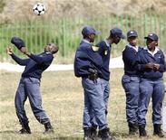 <p>Полицейский играет футбольным мячем в поселении Орандж-Фарм, недалеко от Йоханнесбурга, 8 мая 2010 года. Полиция ЮАР готова обеспечить безопасность всех участников и зрителей чемпионата мира по футболу, сообщил заместитель министра полиции страны Фикиле Мбалула. REUTERS/Siphiwe Sibeko</p>
