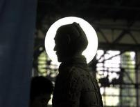 <p>Imagen de archivo de la silueta de un guerrero de terracota, desde el sitio de excavación ubicado a las afueras de la ciudad china Xian. Oct 14 2009. El equipo arqueológico de los guerreros y caballos de terracota del Mausoleo de Qinshihuang en la ciudad china de Xian fue distinguido el miércoles con el Premio Príncipe de Asturias de Ciencias Sociales 2010. REUTERS/David Gray /ARCHIVO</p>