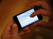 <p>Imagen de archivo de un teléfono móvil navegando por el sitio web Twitter, en Los Angeles. Oct 13 2009. Twitter, el servicio de microblogs que crece de forma veloz, planea tener cientos de anunciantes con su nuevo sistema publicitario en el cuarto trimestre, mientras la compañía refuerza sus planes para convertirse en un negocio rentable y autosuficiente. REUTERS/Mario Anzuoni /ARCHIVO</p>