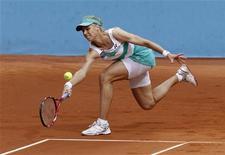 <p>Елена Дементьева отбивает удар Александры Дулгеру на турнире Madrid Open 11 мая 2010 года. Российская теннисистка Елена Дементьева не смогла выйти в четвертьфинал турнира Warsaw Open, проходящего в Польше. REUTERS/Andrea Comas</p>