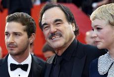 """<p>Diretor Oliver Stone (centro) com os atores Carey Mulligan (dir.) e Shia LaBeouf antes da estreia de """"Wall Street - O Dinheiro Nunca Dorme"""" no Festival de Cannes. 14/05/201 REUTERS/Vincent Kessler</p>"""