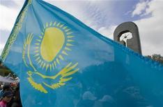 <p>Национальный флаг Казахстана развивается на фоне памятника, 18 июня 2009 года. Казахстан, закрывший в апреле границу с Киргизией из-за массовых беспорядков и смены власти в этой стране, откроет ее с 20 мая, сообщил в среду МИД Казахстана. REUTERS/Shamil Zhumatov</p>