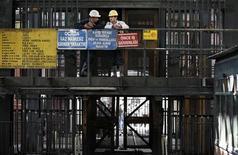 <p>Шахетры ждут, когда они смогут спуститься в шахту, чтобы принять участие в спасательной операции в северной провинции Зонгулдак 18 мая 2010 года. Турецкие спасатели извлекли тела 29 шахтеров, погибших в результате взрыва на шахте в северной провинции Зонгулдак в понедельник, сообщил министр энергетики Турции Танер Йылдыз. REUTERS/Umit Bektas</p>