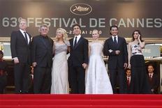 <p>Elenco y director de la película Fair Game posan en la alfombra roja de Cannes. Mayo 20 2010. REUTERS/Eric Gaillard</p>