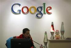 <p>Сотрудник Google у логотипа компании в офисе в Гонконге 14 января 2010 года. Гигант интернет-поиска Google Inc попытается выйти на $70-миллиардный рынок телерекламы, представив пользователям телеканал, доступный через интернет. REUTERS/Tyrone Siu</p>