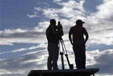 <p>Due cameramen in piedi su un piedistallo REUTERS/Daniel LeClair</p>