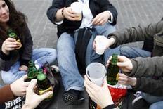 <p>Immagine di un Facebook party a Nantes, in Francia. REUTERS/Stephane Mahe (FRANCE)</p>