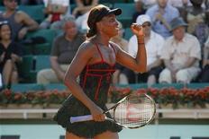 <p>Venus Williams comemora final contra Patty Schnyder da Suiça no Aberto da França em Roland Garros em Paris. 23/05/2010 REUTERS/Bogdan Cristel</p>
