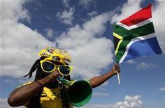 <p>Болельщик команды ЮАР во время товарищеского матча против сборной Таиланда в Нелспрейте 16 мая 2010 года. Власти ЮАР создали более 50 судов для быстрого разбирательства и осуществления правосудия во время предстоящего чемпионата мира по футболу. REUTERS/Siphiwe Sibeko</p>