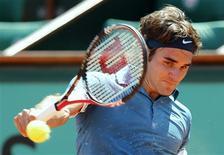 <p>O suíço Roger Federer em partida contra o australiano Peter Luczak, em sua partida de estreia em Roland Garros, Paris, 24 de maio de 2010. Federer iniciou a campanha de defesa do título do Aberto da França com uma vitória por 6-4, 6-1 e 6-2 sobre Luczak. REUTERS/Pascal Rossignol</p>