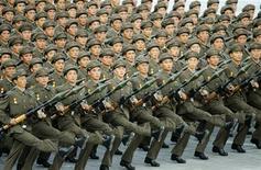 <p>Солдаты армии Северной Кореи маршируют на параде в Пхеньяне 9 сентября 2008 года. SЛидер Северной Кореи Ким Чен Ир сообщил военному руководству, что, возможно, придется начать войну, но только если Южная Корея нападет первой, информирует группа южнокорейских наблюдателей. REUTERS/Kyodo</p>