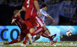 <p>Игрок сборной Аргентины Серхио Агуэро забивает пятый гол в ворота сборной Канады во время товарищеского матча в Буэнос-Айресе 24 мая 2010 года. Сборная Аргентины по футболу разгромила команду Канады со счетом 5-0 в товарищеском матче в рамках подготовки к чемпионату мира, который в июне стартует в ЮАР. REUTERS/Marcos Brindicci</p>
