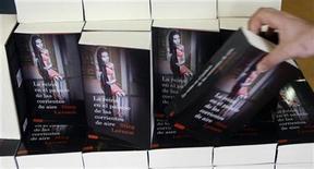 """<p>Imagen de archivo de una estantería con libros del fallecido escritor Stieg Larsson """"La reina en el palacio de las corrientes de aire"""", en una tienda de Madrid. Jun 18 2009. Una detective de ficción investiga la escena de un crimen por la mañana, interroga a los sospechosos a mediodía y recoge a su hijo de tres años de la guardería después del trabajo. Llámalo novela negra nórdica y espera los elogios. REUTERS/Susana Vera /ARCHIVO</p>"""