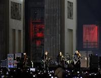 <p>Banda irlandesa U2 durante show em Berlim, em novembro. Grupo cancelou turnê nos EUA e show em Glastonbury. REUTERS/Pawel Kopczynski</p>