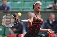 <p>Venus Williams durante jogo contra Arantxa Parra Santonja no Aberto da França em Roland Garros, Paris. Venus Williams deu mais um passo rumo ao título ao passar sem sobressaltos pela espanhola (6-2 e 6-4) na quarta-feira. 6/05/2010. REUTERS/Regis Duvignau</p>