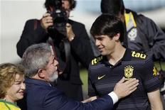 <p>O presidente Lula e a primeira-dama Marisa Letícia tiveram um encontro descontraído em Brasília com a seleção brasileira, dentre eles o craque Kaká. 26/05/2010 REUTERS/Ricardo Moraes</p>