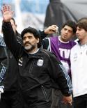 <p>O técnico da seleção argentina, Diego Maradona, acena aos fãs, durante jogo amistoso contra o Canadá. Maradona prometeu ficar nu no Obelisco, monumento histórico de Buenos Aires, se sua seleção vencer a Copa do Mundo. 24/05/2010 REUTERS/Santiago Pandolfi</p>
