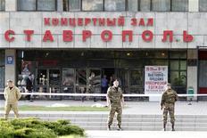 <p>Место взрыва у входа в концертный зал в Ставрополе 26 мая 2010 года.Количество погибших от взрыва в Ставрополе, прогремевшего вечером в среду, увеличилось до семи, после того как минувшей ночью в госпитале умер один из 15 раненных, сообщил Рейтер глава местного управления гражданской обороны и чрезвычайных ситуациях Борис Скрипка. REUTERS/Eduard Korniyenko</p>
