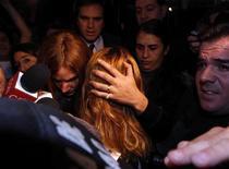<p>Полиция ведет Энджи Санколементе Валенсию после ареста в хостеле в Буэнос-Айресе 26 мая 2010 года. Колумбийская королева красоты, подозреваемая в организации банды из молодых женщин для организации поставок кокаина из Аргентины в Европу, была арестована в среду в Аргентине, сообщил источник в судебной системе страны. REUTERS/Marcos Brindicci</p>
