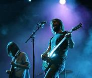 <p>Ben Bridwell (R) of Band of Horses performs at the Coachella Music Festival in Indio, California in this April 18, 2009 file photo. REUTERS/Mario Anzuoni</p>