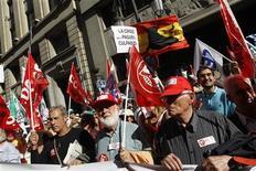<p>Жители Испании протестуют против запланированного сокращения бюджетных расходов у здания министерства экономики страны в Мадриде 20 мая 2010 года. Парламент Испании одобрил в четверг план по сокращению бюджетных расходов на 15 миллиардов евро ($18,4 миллиарда), но с перевесом всего в один голос, что вызвало сомнения в способности правительства вывести страну из экономического кризиса. REUTERS/Andrea Comas</p>