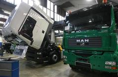 <p>Trucks of German truckmaker MAN AG stand on the construction belt at the MAN truck plant in Munich November 17, 2006. REUTERS/Michael Dalder</p>
