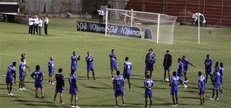 <p>Сборная Колумбии на тренировке в Асунсьоне 12 октября 2009 года. Полиция арестовала двух сотрудниц отеля в Йоханнесбурге по обвинению в краже денег у футболистов сборной Колумбии по футболу, сообщила газета Times в пятницу. REUTERS/Jorge Adorno</p>