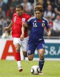 <p>Англичанин Аарон Ленон (слева) борется за мяч с футболистом сборной Японии Ёсито Окубо в товарищеском матче в Граце 30 мая 2010 года. Сборная Англии обыграла команду Японии в товарищеском матче, при этом не забив ни разу, а команда Франции не смогла одолеть Тунис, завершив матч со счетом 1- 1. REUTERS/Darren Staples</p>