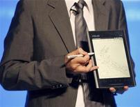 <p>Председатель ASUS Джонни Ши представляет новый планшет компании под названием Eee Pad на выставке Computex в Тайбэе 31 мая 2010 года. Пионер разработки нетбуков Asustek Computer Inc вступил в борьбу за продвижение планшетных персональных компьютеров, следуя за Acer Inc, Dell и Apple Inc. REUTERS/Pichi Chuang</p>