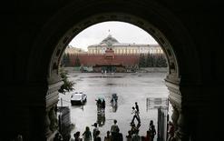 <p>Люди прячутся от дождя в московском ГУМе 7 августа 2007 года. Текущая неделя в Москве будет теплой, однако весьма дождливой. REUTERS/Denis Sinyakov</p>